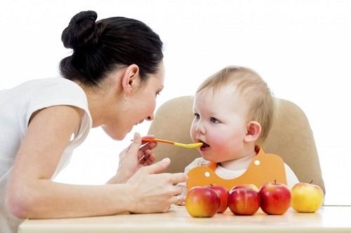 cho trẻ ăn váng sữa từ sữa mẹ đúng cách