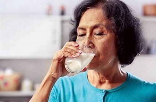 Cách pha sữa cho người bị suy thận
